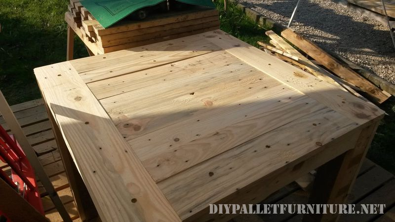 table-for-card-games-with-pallets-3