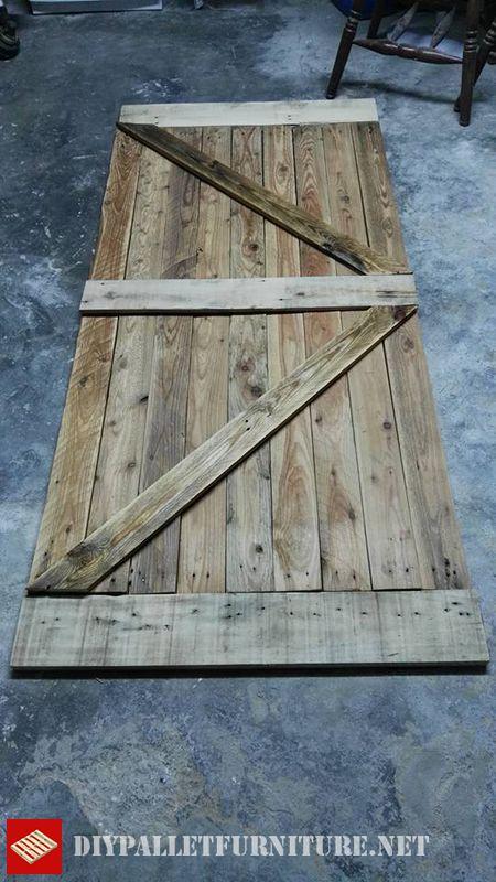 Door made with pallet boardsdiy pallet furniture diy for Puertas corredizas de palets