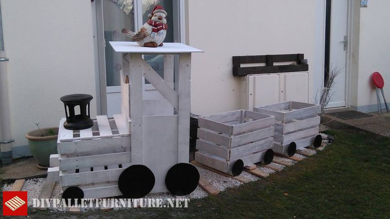 train-built-with-pallet-planks-1
