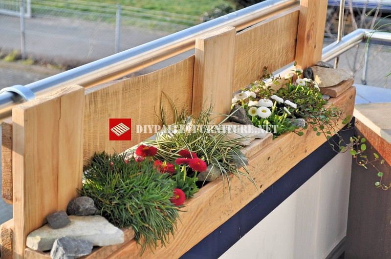 planter for the balcony built with palletsdiy pallet furniture diy pallet furniture. Black Bedroom Furniture Sets. Home Design Ideas