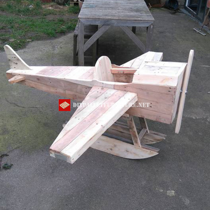 Toy airplane made with palletsdiy pallet furniture diy for Toy pallets