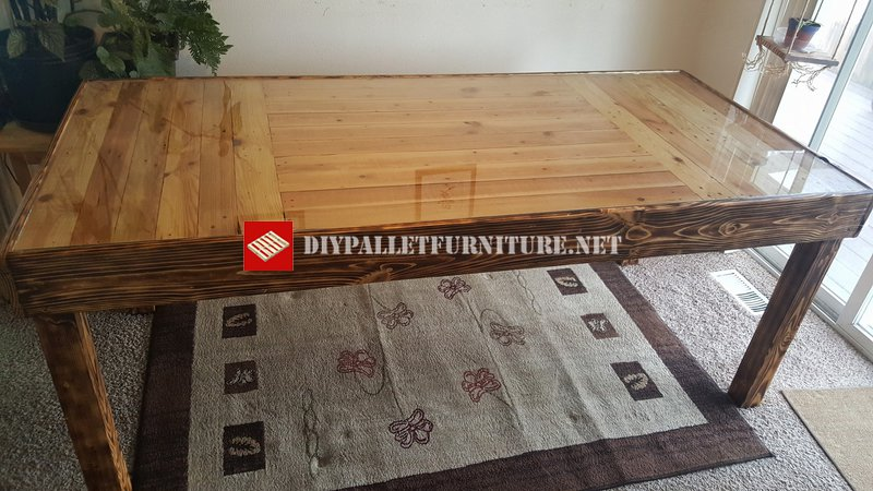Dining table with burnt wooddiy pallet furniture diy - Table cuisine palette ...