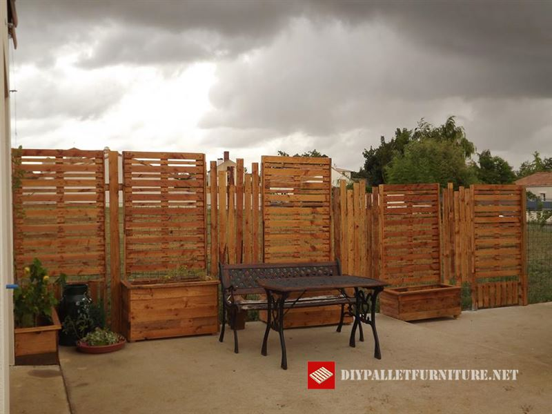 Garden Separator With Palletsdiy Pallet Furniture Diy